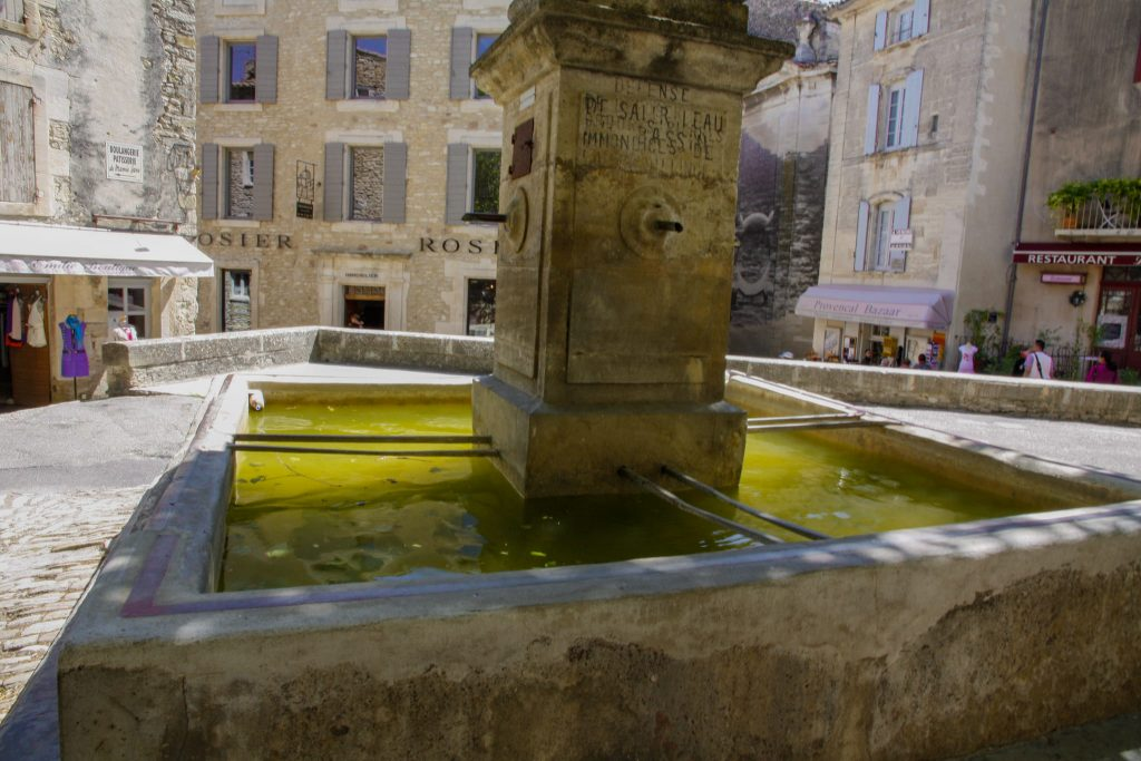 Fontana nella piazza di Gordes