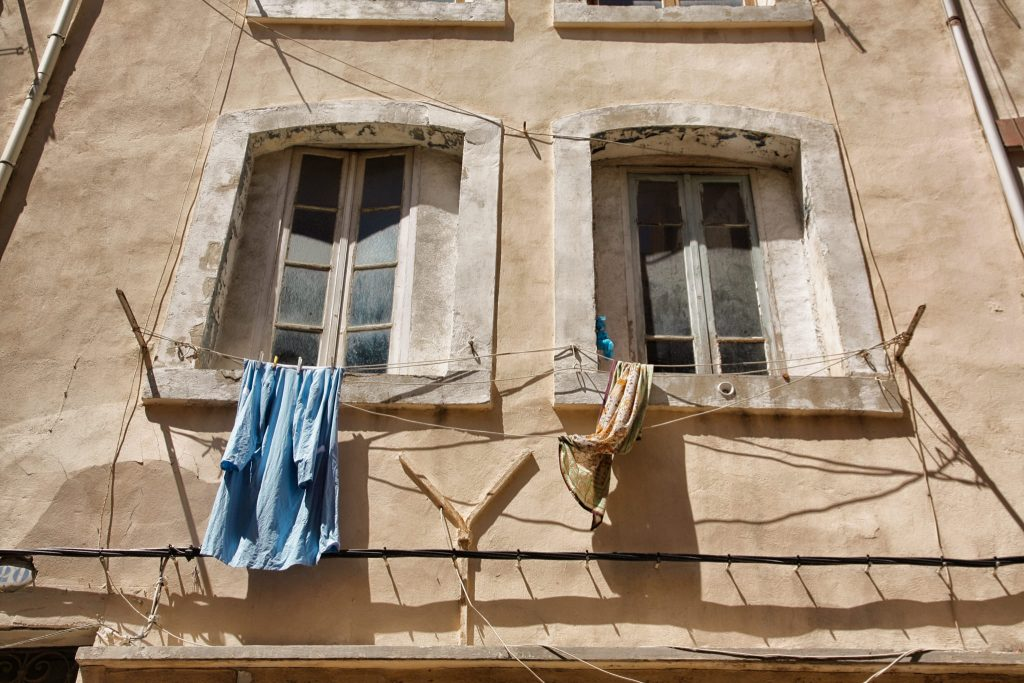 finestre con panni stesi a Marsiglia