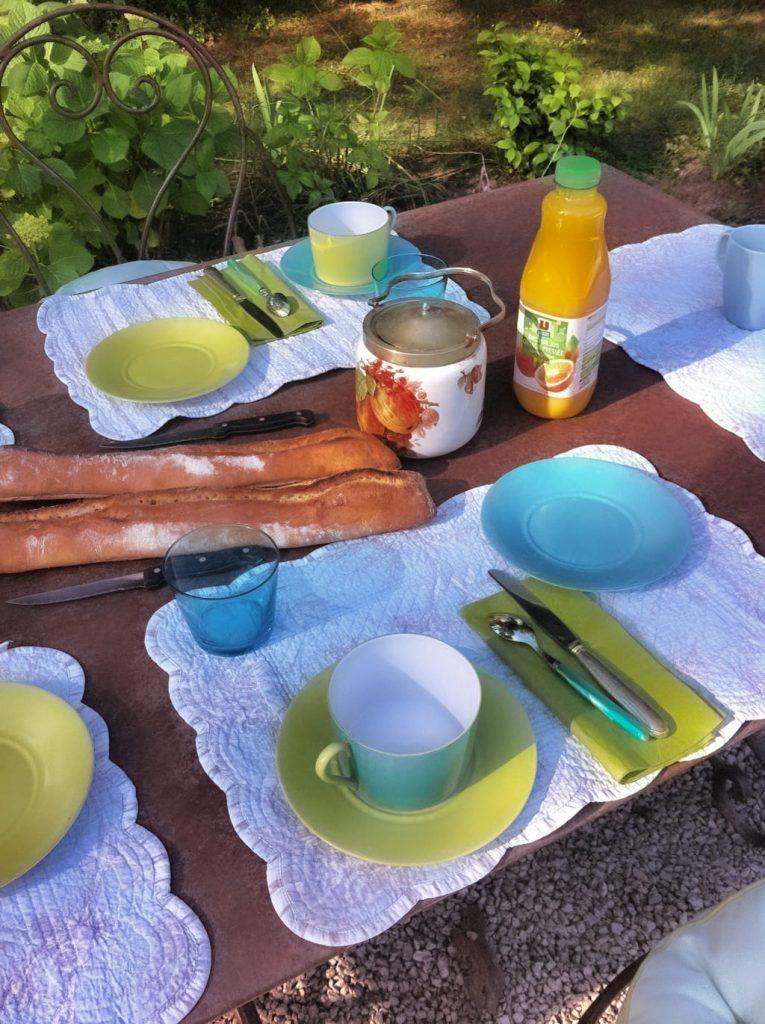 colazione in giardino a Orgon in Provenza